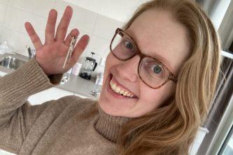 verhuizen - Rebecca staat met sleutel van nieuwe appartement in haar hand